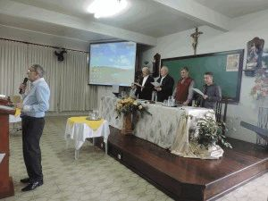 Padre Hélio da Cunha deu as boas vindas aos participantes e conduziu a oração para abrir os trabalhos do dia