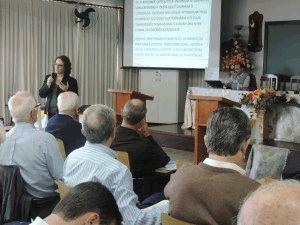 Maria do Carmo, de Maringá, falou sobre a Iniciação à Vida Cristã