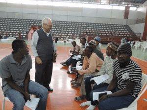 Padre Joaquim com os haitianos e senegaleses