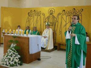 Pároco, Pe. Ewerton, nas palavras de gratidão a todos que colaboraram com a construção da Igreja