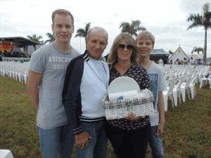 Vera e o esposo Gilberto com os filhos João Vitor e Luiz Antonio.