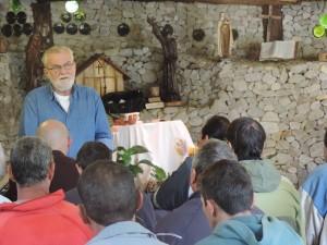 Pe. Prim no momento de espiritualidade com os residentes