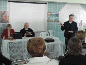 Pe. Revelino apresentando as Diretrizes Gerais da Ação Evangelizadora, Documento 102 da CNBB