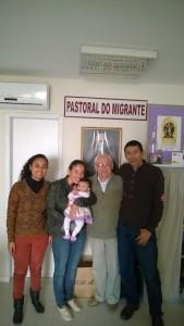 Tamajara, Adriana e o esposo Jorge com a filha Sahara e Pe. Joaquim ao centro.