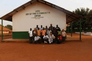 Padre Vilson Groh, Willian Narzetti e o corpo de professores do Liceu Dom Settimo Ferrazzetta, na África