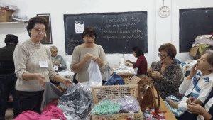 Voluntárias na confecção de enxovais, na sala Santo Antônio, em Balneário Camboriú