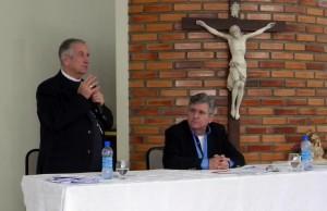 Dom Petrini com Pe. Vitor Feller durante o Congresso Teológico na FACASC.