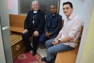 Padres de Bethânia, Vicente e Elinton, com o Arcebispo, na capela onde se encontram os restos mortais do Pe. Léo.