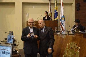 Diácono Djalma  Lemes, presidente da Ação Social Arquidiocesana (ASA), recebendo o prêmio na Câmara de Vereadores.