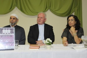 Da esquerda para direita, Sheik Amin Alkaram; representando o Islamismo, Dom Wilson Tadeu Jönck representando o Cristianismo, e Dra. Ethel Acliar Cabral representando o Judaísmo.