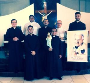 Padres Jeferson, Wanderson e os novos seminaristas da Arquidiocese.