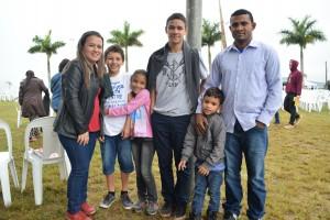 Casal Kelly e Jorge com os filhos.