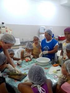 Salete dos Santos ensina as crianças a cozinharem na Casa Madre Tereza