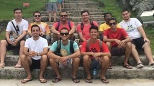 Gabriel, os demais seminaristas e o reitor do Seminário Propedêutico, Pe. Wellington da Silva, no início das atividades, em fevereiro de 2016.