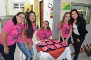Jovens do grupo de oração da Paróquia da Ponte do Imaruim, na Palhoça, vendem doces para ajudar nas despesas com a JMJ.