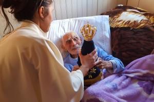 Não dói nada, porque Deus está comigo. - Leopoldo, 96 anos Crédito da foto: Gabriel Moretti
