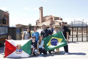 Padre Hélio Luciano com jovens da Paróquia da Ponte do Imaruim