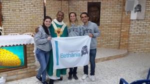 Padre Vicente com os jovens de Bethânia que irão para a JMJ: Franciele, Fabíola e John