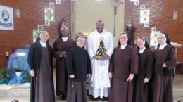 Padre André com as irmãs do Carmelo de Palhoça