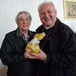Padre Vilson entregou uma lembrança ao aniversariante do mês, Dom Wilson
