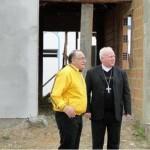 O Arcebispo Dom Wilson na visita ao local e abençoando a casa de retiros do MI.