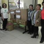 Coordenadora do NUCAPÉ, Maria de Fátima (de camiseta), a vice presidente à direita, Ana Maria Dutra, recebendo as doações