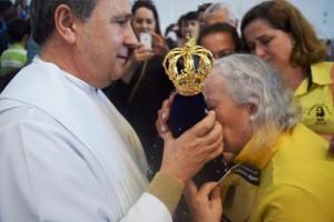 Padre Luiz Rebelatto passou com imagem no meio fiéis no Santuário de Santa Paulina