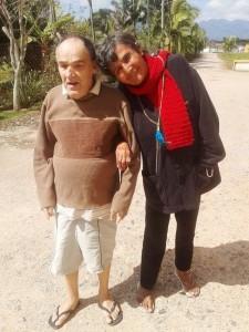 Eloyr ajudando Neri (que é cego) a passear. Foto: Divulgação / Casa Santa Maria