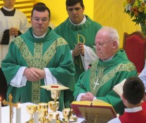 Padre Gilson Meurer (E) com Dom Wilson Tadeu Jönck (D)