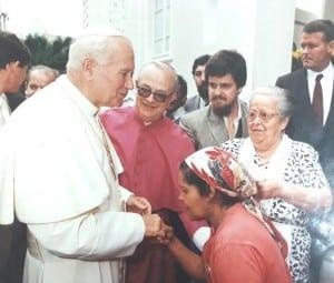 Terezinha beija as mãos de João Paulo II
