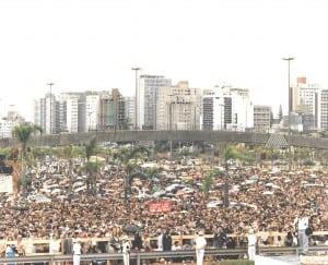 Multidão presente na celebração no aterro da Baía Sul