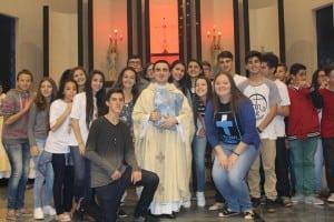 Padre Jonathan com os jovens da comunidade